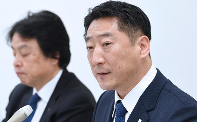 記者会見する前田建設工業の前田操治社長(右)(20日、東証)