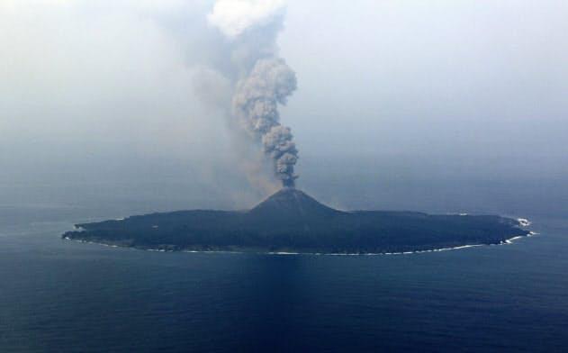 西之島、噴煙1800メートル 専門家「爆発の可能性も」