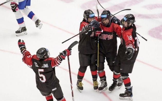 冬季ユース五輪のアイスホッケー女子準決勝のスロバキア戦でゴールを喜ぶ日本(20日、ローザンヌ)=OIS提供・共同