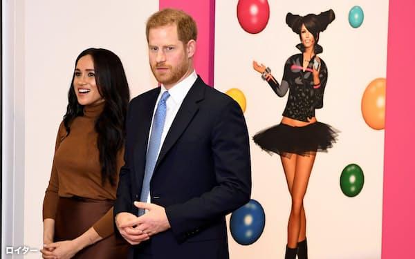 王子夫妻は独立に向けた準備を進めている(7日、ロンドン)=ロイター