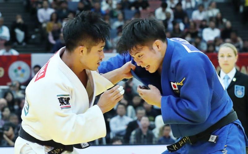 五輪代表が決まっていない男子66キロ級で競り合う丸山(左)と阿部(2019年の柔道グランドスラム大阪同級決勝)
