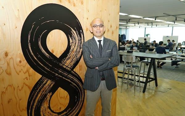 細見氏が率いる「第8カンパニー」のオフィス入り口には数字の「8」が大きく描かれている