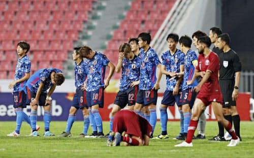 カタールと1-1で引き分け。1勝もできずに大会を終え、うなだれる日本イレブン=共同