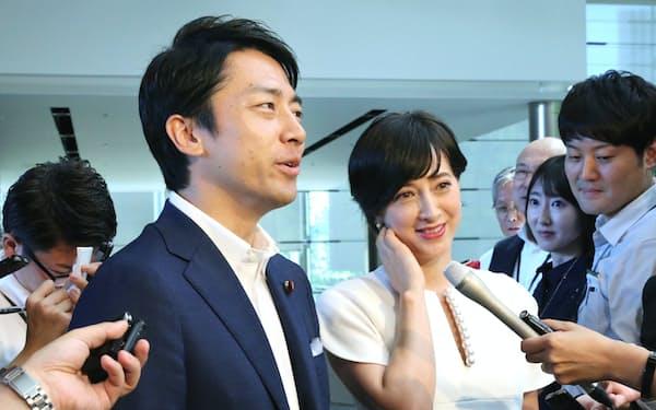 小泉氏(左)は結婚と妻の妊娠を公表してから、これで一人前だと言われることが増えた(19年8月、首相官邸で)