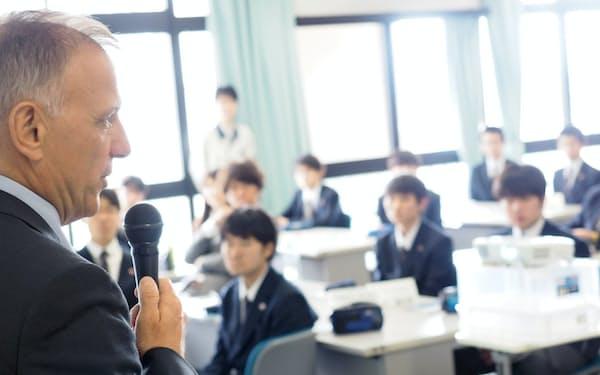 IBM担当役員の講演ではグローバル事業などに生徒から質問が相次いだ(19年5月、町田工業高校)