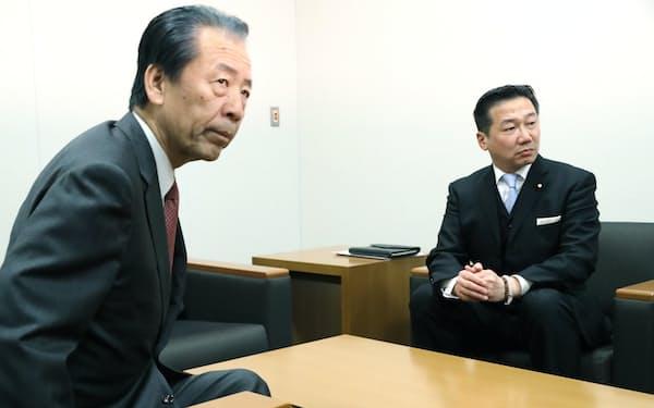 会談に臨む立憲民主党の福山幹事長(右)と国民民主党の平野幹事長(21日、国会内)