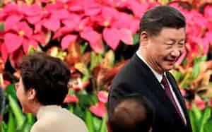 マカオで開かれた中国返還20年の式典に出席した習近平国家主席。左は香港の林鄭月娥行政長官(2019年12月20日)=ロイター