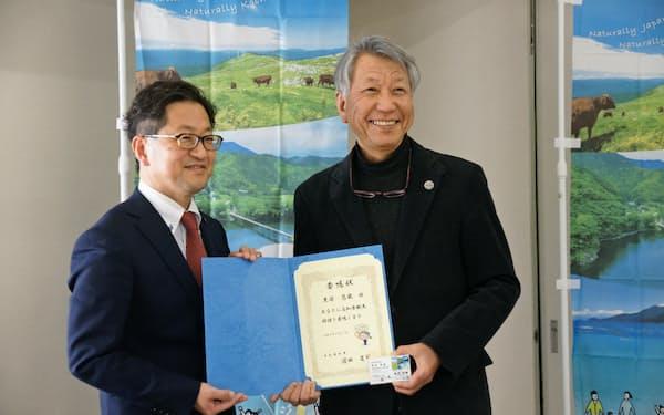 浜田高知県知事から観光特使の委嘱状を渡された黒笹氏=写真右(21日午後、高知市)