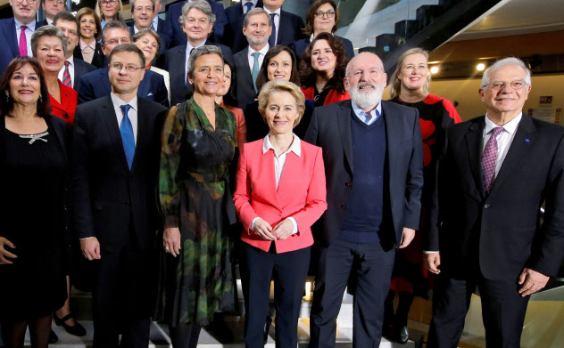 脱炭素を目指す欧州グリーンディール計画を進める欧州委員会委員長(前列右から3人目)