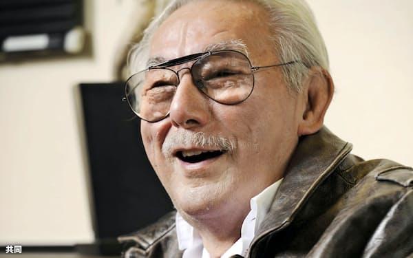 インタビューに答える宍戸さん(2012年11月、東京都調布市)=共同