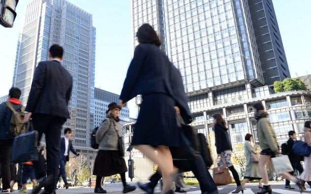 経団連は職務を明確にした「ジョブ型雇用」の導入を企業に呼びかけた(東京・丸の内の通勤風景)