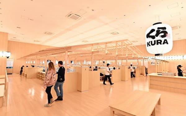 和の内装を施したくら寿司の新型店舗(東京・浅草)