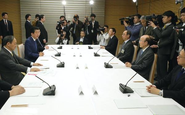 首相官邸で開かれた皇位の継承に伴う式典委員会(21日)