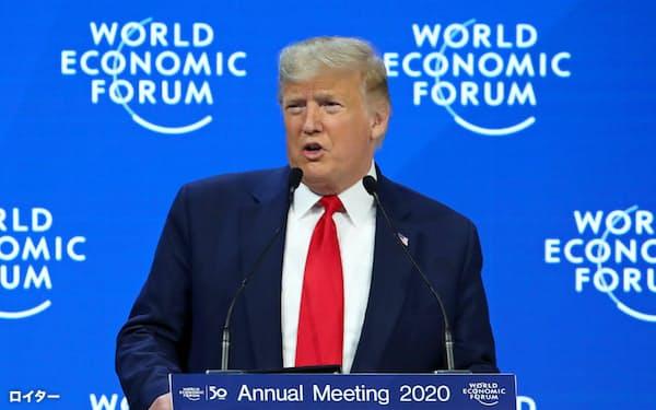 ダボス会議で演説するトランプ米大統領(21日、スイス東部ダボス)=ロイター