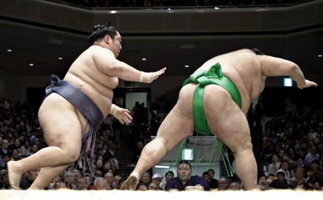 徳勝龍(左)が突き落としで千代丸を破る(21日、両国国技館)=共同