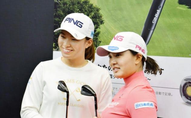 契約用具メーカーの発表会に出席した女子ゴルフの渋野日向子(左)と鈴木愛(21日、東京都内)=共同