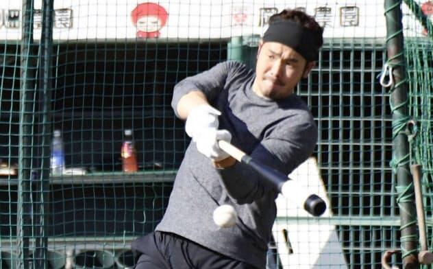 打撃練習するオリックスのT―岡田(21日、ほっともっと神戸)=共同