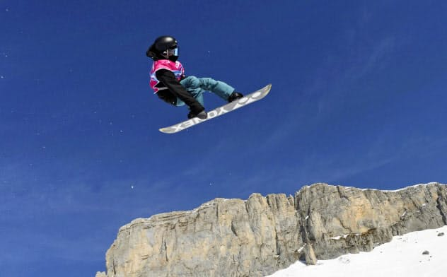 スノーボードのハーフパイプで優勝した平野流佳(21日、レザン)=ゲッティ共同