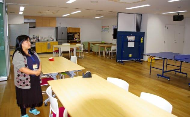 「ほっとスクール希望丘」では1日30~40人の子どもが思い思いに過ごす。左は施設長の今井睦子さん(東京都世田谷区)