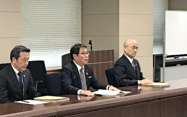 佐賀県庁を訪れた九州電力の池辺社長(中、22日)