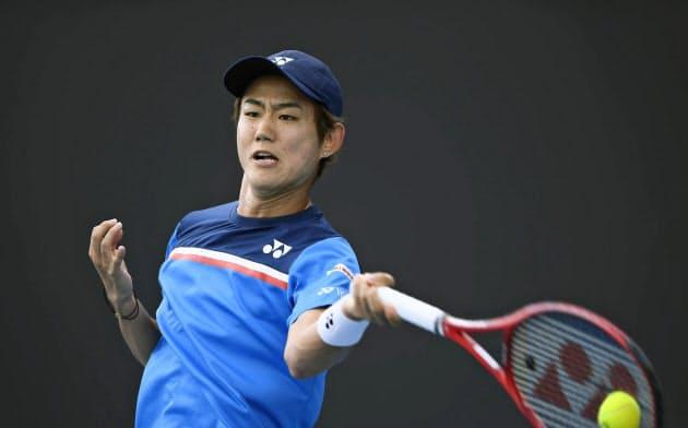 男子シングルス2回戦を突破した西岡良仁(22日、メルボルン)=共同