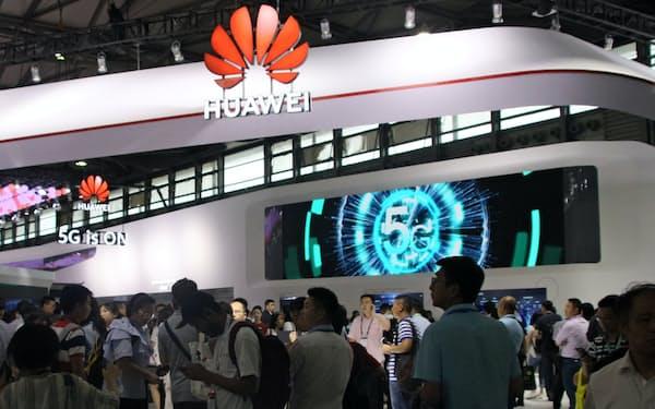 ファーウェイは世界の60超の通信会社と「5G」の商用化に関する契約を結んでいる(2019年6月、中国・上海市の展示会)