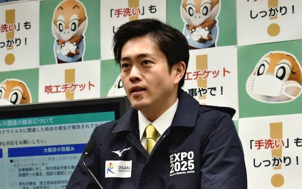 記者会見する吉村洋文知事(22日、大阪府庁)