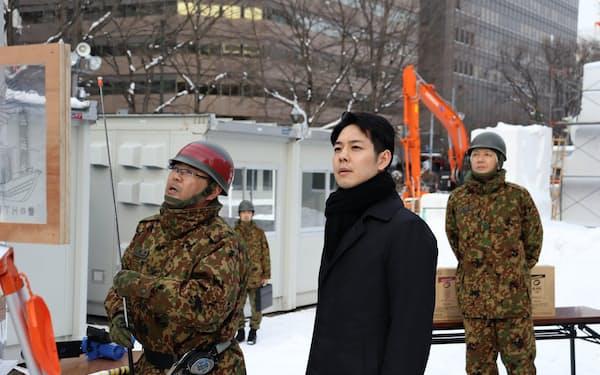 鈴木知事は雪まつりの大通会場を視察し、制作過程の説明を受けた(22日、札幌市)