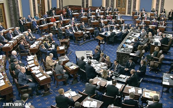 トランプ米大統領は軍事支援の見返りにウクライナに支援を求めた疑いが指摘されている(21日、米ワシントン)=上院TV提供・AP