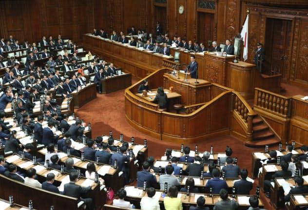 衆院本会議で代表質問に答える安倍首相(22日)
