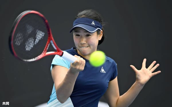 女子シングルス2回戦で敗退した日比野菜緒(22日、メルボルン)=共同