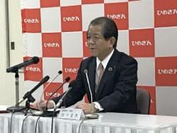 記者会見する愛媛銀行の西川義教頭取
