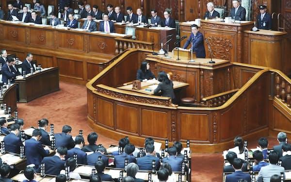 立憲民主党の枝野代表の質問に答える安倍首相(22日、衆院本会議)