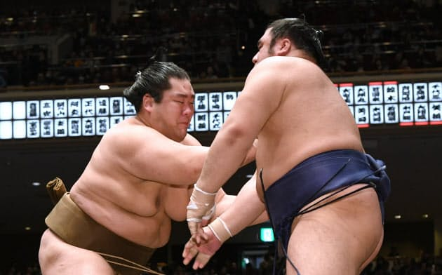 輝(左)が栃煌山を押し出しで破って2敗をキープ