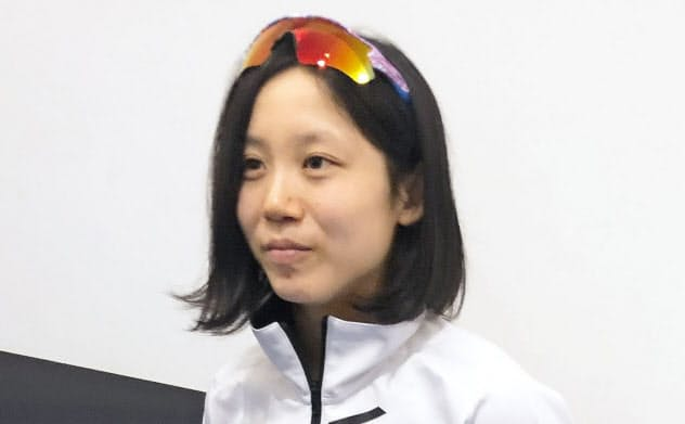羽田空港で取材に応じる高木美帆(22日)=共同