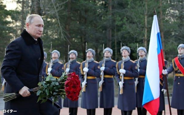 第2次世界大戦でナチスドイツに包囲されたサンクトペテルブルクで、追悼式典に参加したプーチン大統領(18日)=ロイター