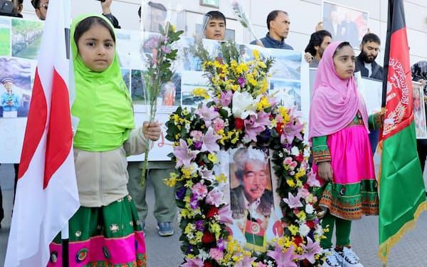 殺害された中村医師の遺体が到着する福岡空港に集まった在日アフガニスタン人(2019年12月9日)