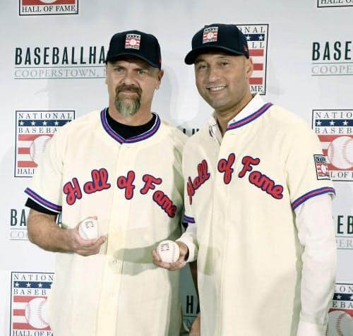 記念撮影する、米国野球殿堂入りが決まったラリー・ウォーカー氏(左)とデレク・ジーター氏(22日、ニューヨーク)=USA TODAY