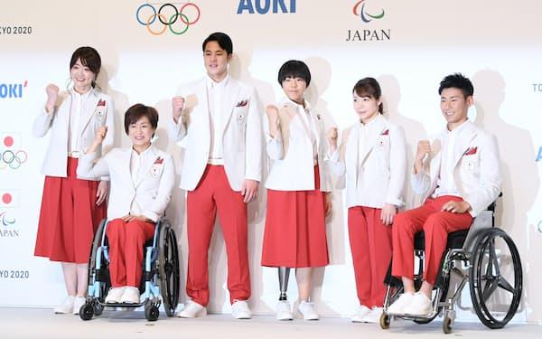 東京五輪・パラリンピックの日本代表選手団公式服装を披露する選手たち(23日、東京都千代田区)