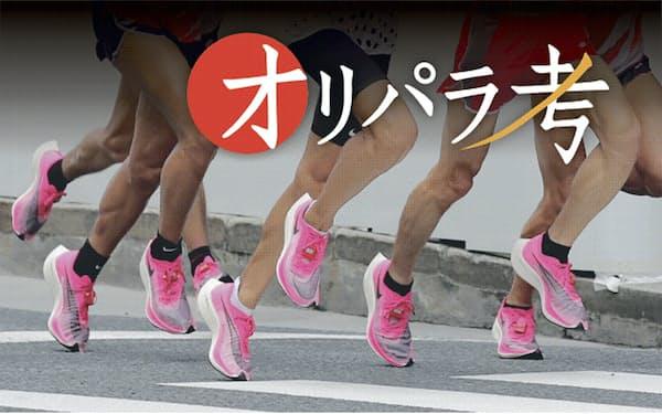 東京五輪マラソン代表選考会でナイキの厚底シューズを履く選手(19年9月)=共同