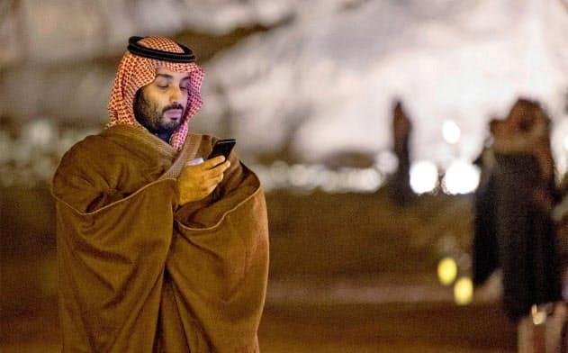 12日、リヤドで携帯電話を使うサウジのムハンマド皇太子=ロイター