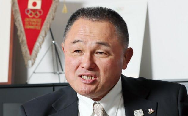 インタビューに答えるJOCの山下会長