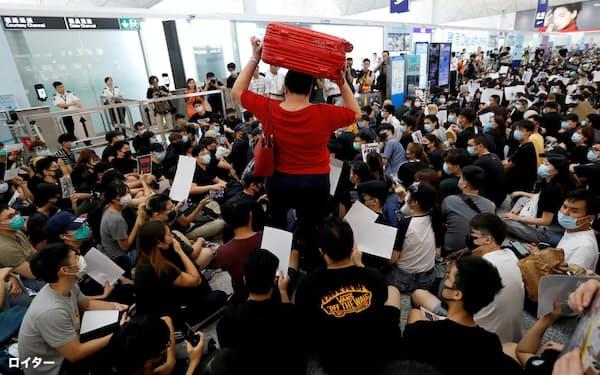 香港国際空港は19年8月のデモで大量の欠航が出た=ロイター