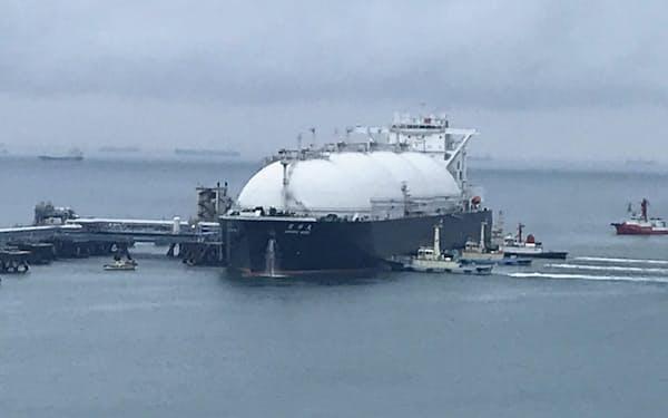 米国産LNGを載せた運搬船が入港した川越火力発電所(23日、三重県川越町)