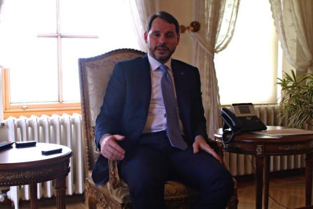 取材に応じるトルコのアルバイラク財務相(20日、イスタンブール)