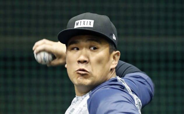 投球練習するヤンキース・田中(23日、楽天生命パーク宮城)=共同