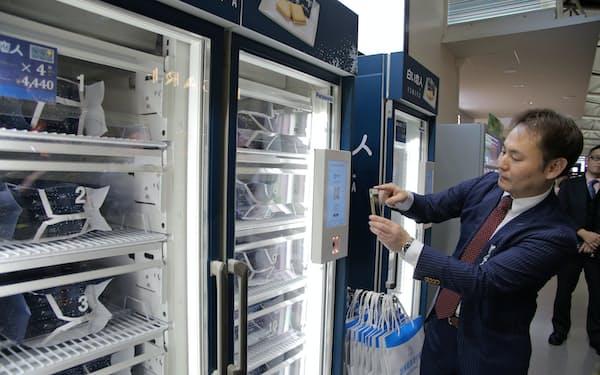商品棚はQRコード決済が完了すると扉の鍵が開く仕組みだ