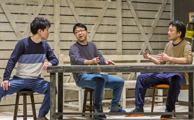 俳優として毎回のように舞台にも上がる土田(中)(2019年上演の「はなにら」)=谷古宇 正彦撮影