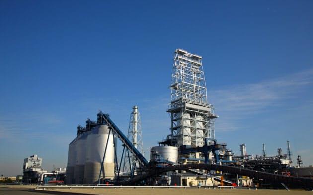 中東産以外の原油を処理するには新たな装置の投資が必要になる(コスモ石油の製油所の重質油分解装置、堺市)