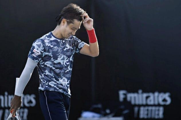 男子シングルス2回戦で敗退し、肩を落とす杉田祐一=共同